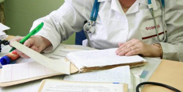 Получат врачи надбавку к зарплате
