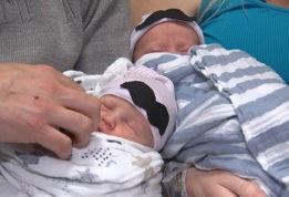 Женщина родила близнецов