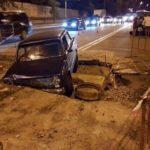 В Киеве автомобиль «нырнул» в огромную яму на дороге