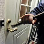 Юрист «Жилищника» со взломом вселился в квартиру москвича, задолжавшего за коммунальные услуги