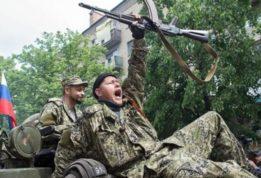 Жители Донбасса избивают российских военных