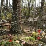 В Тернополе возле кладбища нашли голого черного ребенка