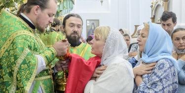 Верующие не смогут молиться и причащаться в храмах