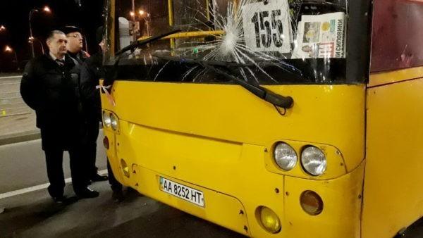 Пассажирский автобус застрял в яме