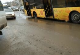 автобус застрял в яме