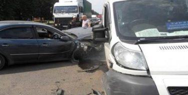 легковой авто столкнулся с микроавтобусом